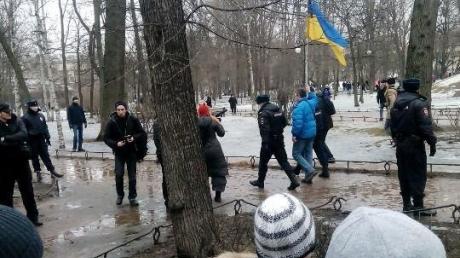В Петербурге на шествии памяти Немцова задержали парня с флагом Украины