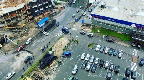 В Киеве строительный кран рухнул на оживленную улицу и сплющил автомобиль
