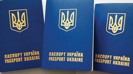 """В Херсоне """"сдают"""" ФСБшникам России крымчан, приехавших за биометрическим паспортом, — блогер"""