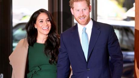Переехавшие в США Меган Маркл и принц Гарри вышли на некоролевскую работу, видео