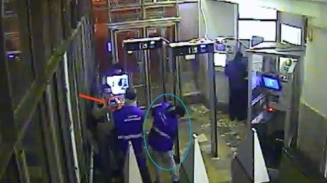 Вместо билета - газовый пистолет: в Москве безбилетный пьяный мужчина со стрельбой прорывался в подземку