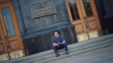 Голодающий Березюк намерен ночевать возле администрации президента