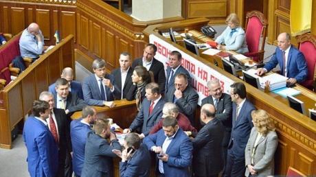 """Скандал с """"кнопкодавством"""" в Раде: Ляшко заблокировал трибуну и обвиняет нардепов в фальсификации итогов голосования за медреформу"""