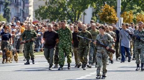 """Боевики """"ДНР"""" показали, как вели пленных украинцев по Донецку: кадры поражают жестокостью"""