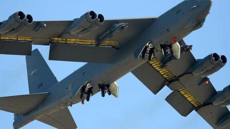 Два стратегических бомбардировщика B-52 ВВС США впервые осуществляют полет над Украиной: появилось фото