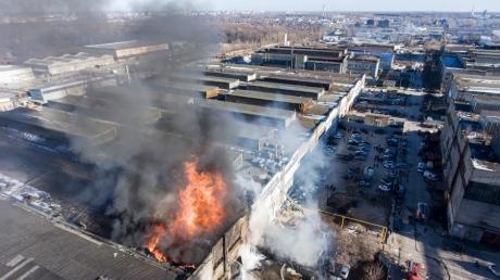 В РФ случился пожар с максимальным уровнем сложности на предприятии, производящем жидкости для розжига, - кадры