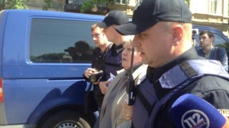 Полиция задержала на Куликовом поле женщину с сепаратистскими листовками. Фото задержания