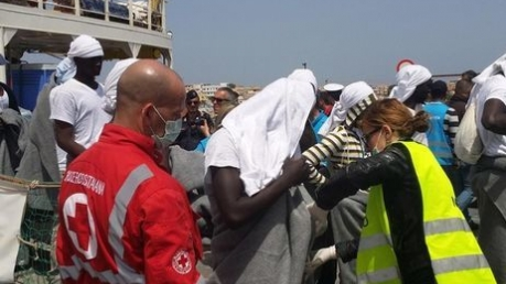 В Средиземном море ливийское судно попало под мощнейший шторм: более 100 пассажиров смыло за борт