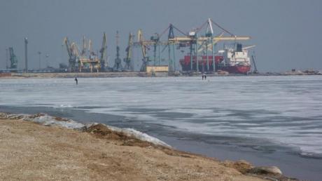 Источник: Мариупольский порт не останавливал работу