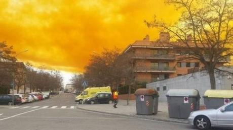 В Каталонии город накрыло гигантское токсическое оранжевое облако из-за взрыва на химзаводе