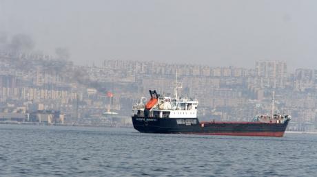 Выживший экипаж пылающего в Каспийском море танкера РФ доставят в Астрахань как минимум через 2 дня