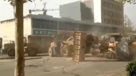 В Китае фирмы-конкуренты устроили массовое побоище на экскаваторах прямо посреди улицы