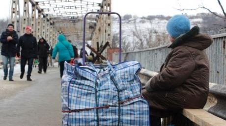 """Луганчане о """"райской жизни"""" в """"ЛНР"""": """"Многие ждут возвращения Украины и хотят, чтобы все было, как раньше"""", – кадры с КПП """"Станица Луганская"""""""