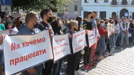 Жители Черновцов вышли на митинг из-за внесения города в красную карантинную зону