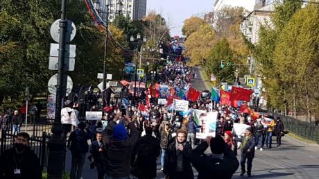 """В Хабаровске 99-й день протестов: тысячи вышли после силового разгона и """"потоптались"""" на Путине"""