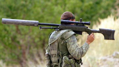 На Донбассе снайперы боевиков устроили охоту на ВСУ: на видео попал выстрел в украинского бойца