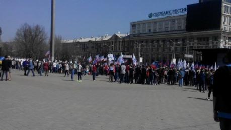 """А ну стой, куда пошел? Бюджетники и студенты пытаются убежать с митинга """"дня провозглашения ДНР"""", однако их останавливают кураторы"""