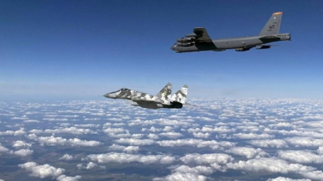 """Самолет ВВС Украины """"СУ-27"""" исполнил """"бочку"""" перед B-52 - кадры облетели Сеть"""