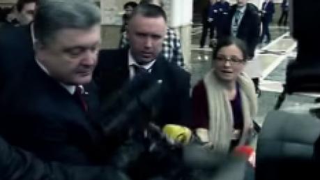 Порошенко в Минске помог подняться сбитому с ног охраной оператору