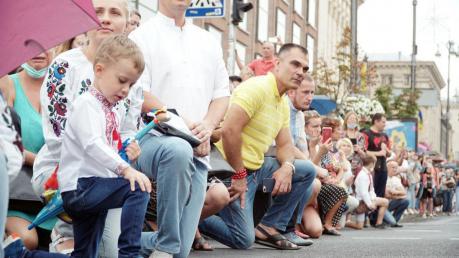 Люди встали на колени перед бойцами на Марше защитников в Киеве: площадь аплодировала Героям
