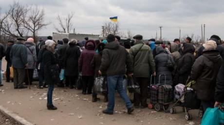 В Станице Луганской ажиотаж на открытии КПП: тысячи людей хотят пересечь линию разграничения