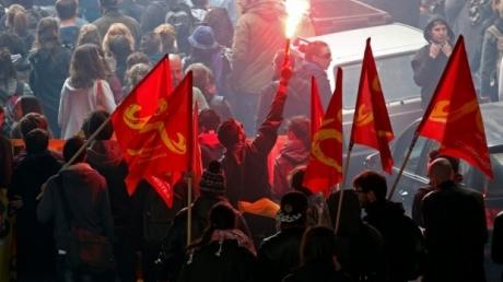 Бунтующая Франция: протестующие едва не убили нескольких полицейских - около 100 человек задержаны