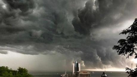 """По Одессе прошелся мощный ураган с ливнем:  в Сети показали страшные кадры как из """"Апокалипсиса"""""""