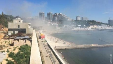 В Одессе на известном пляже горят два ресторана: опубликованы первые кадры с места происшествия