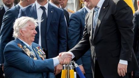 Петр Порошенко трогательно поздравил украинцев с Днем отца: Если бы вы знали, какое это счастье, что мой отец со мной!
