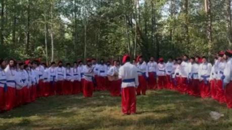 Хасиды на границе спели гимн Украины в вышиванках, чтобы их пустили в Умань: опубликовано видео