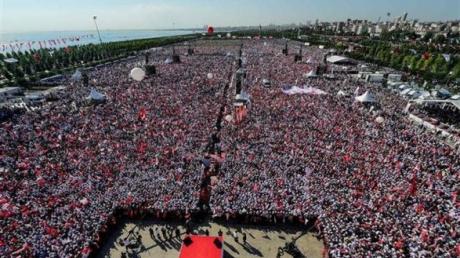 Митинг в Турции против Эрдогана: на улицы Стамбула вышли десятки тысяч людей, протестуя против политики действующего главы государства