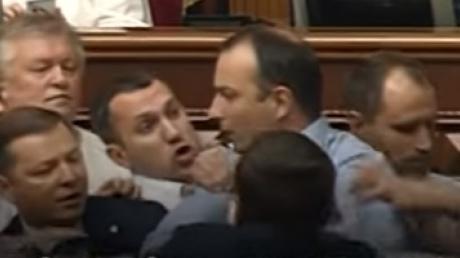 Не поделили микрофон: появились кадры потасовки между Ляшко и Соболевым возле парламентской трибуны