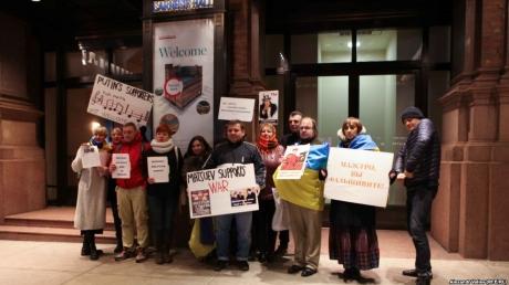 В Бостоне и Нью-Йорке активисты организовали протест против концертов российского пианиста Мацуева, поддержавшего аннексию Крыма