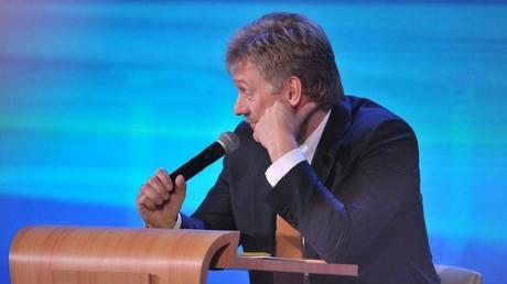"""Песков попытался """"спрятать голову в песок"""" из-за идеи Порошенко об изменении статуса Крыма"""