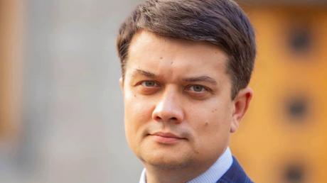"""Пока Зеленский летит в Париж, Разумков выступил с обещанием: """"Будут соблюдены"""""""