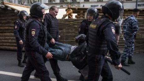"""Будни полицейского государства: на антикоррупционном митинге в Москве силовики """"повязали"""" более 130 детей, выступивших против политика Путина"""