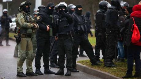 """""""Мама, мне страшно"""", - видео, как ОМОН разгонял протесты в Минске, всколыхнуло Интернет"""