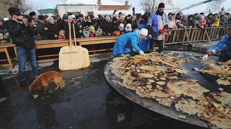 В центре Москвы на Масленицу кормили сгоревшими блинами
