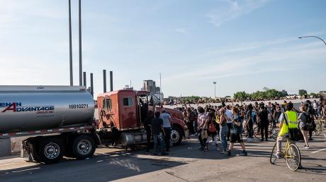 Украинец Богдан Вечирко на грузовике поехал в толпу митингующих во время протестов в США