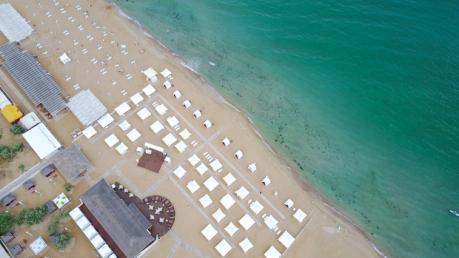 Большая разница: в Сети обнародовали показательное видео сравнения пляжа в Феодосии и Железном порту в высокий сезон
