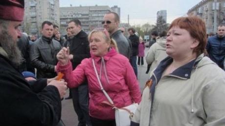 """После пинка от """"р*****го"""" мира сепаратистку Меньшикову настиг очередной удар: любительницу боевиков Донбасса задержали в Днепре за нападение с молотком на бойца АТО"""