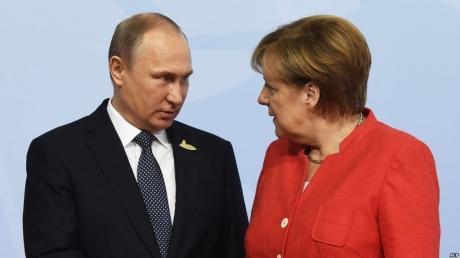 """Меркель провела жесткую беседу с Путиным: """"РФ должна немедленно вернуть суда и освободить моряков Украины"""""""