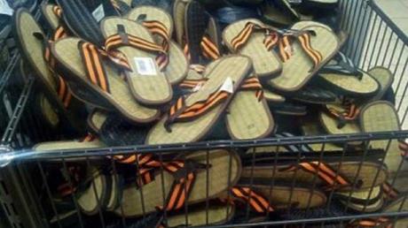 Россияне выставили себя на посмешище: в РФ начали делать сандалии из георгиевских лент