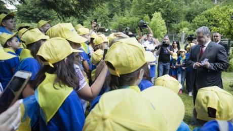 Президентская чета Порошенко и лидер  Словакии провели детей украинских АТОшников на отдых в Венгрию