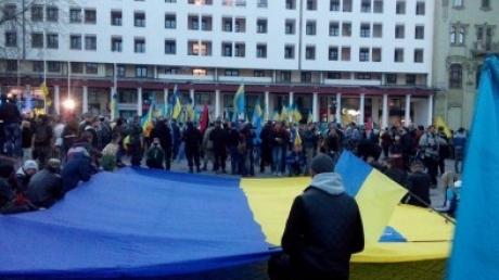 На Греческой площади в Одессе все-таки провели панихиду. Сотни человек стали на колени в память о погибших 2 мая