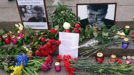 На Майдане вспоминают Немцова и несут цветы к его портрету