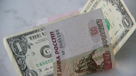 Центробанк России израсходовал рекордные деньги для поддержки падающего курса рубля