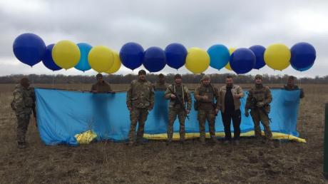 ВСУ в небо над Луганском подняли большой флаг Украины