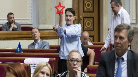 Скандальная депутатка Савченко вновь отличилась: появилось фото неприличного жеста, который она показала коллеге в Верховной Раде