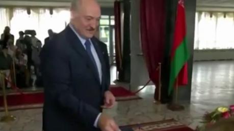 Лукашенко проголосовал на выборах: пришел с сыном Колей, много шутил